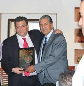 Rendón, recibe reconocimiento de manos del Lic. Mauricio Sulaimán