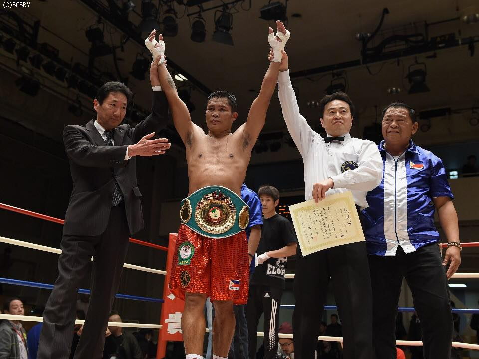 Dennis Laurente declares the new OPBF light middleweight champion. His manager Johnny Elorde, right, joins him in celebration. (Photo by Masahito Nakano)