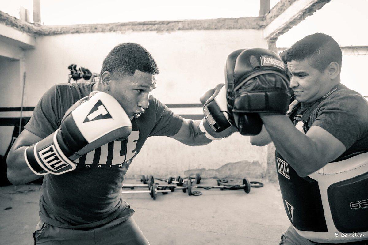 Miguel Berchelt entrenando paradoras, blanco y negro